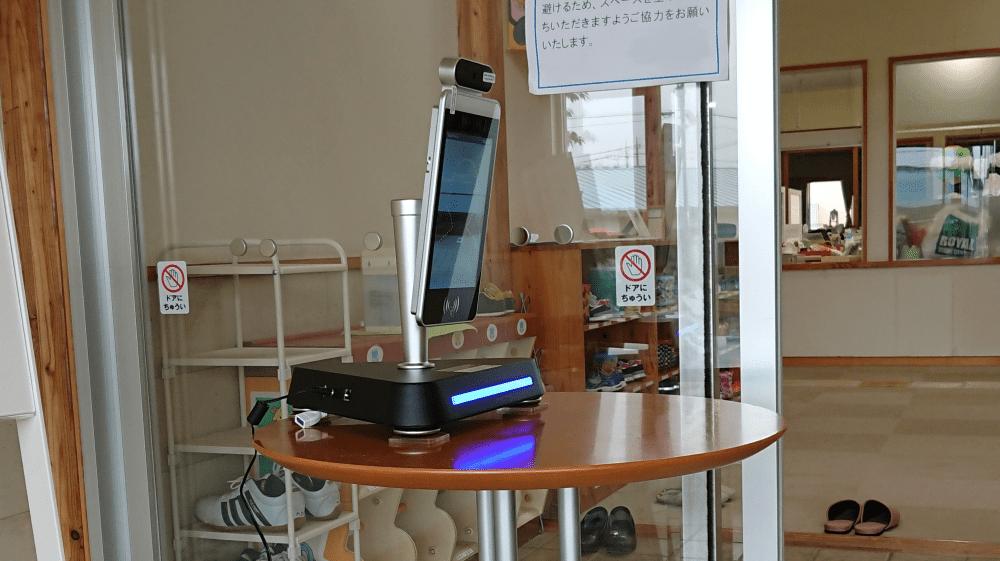 非接触AI検温モニタ KAOIRO 設置例